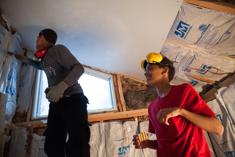Na stavbě se podíleli dobrovolníci z místní školy
