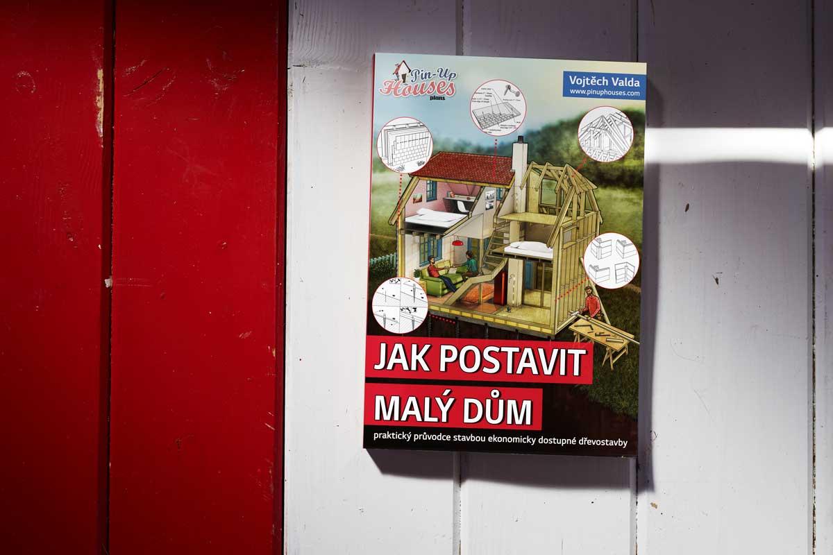 """Spoustu cenných rad při stavbě podlah naleznete v naší knize """"Jak postavit malý dům""""."""