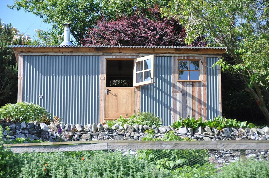 Základem zahradní chatky je maringotka