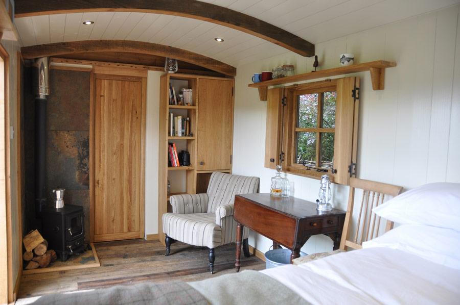 Útulný obývací kout s kamny