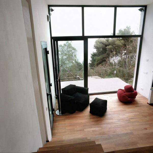 malý-domek-na-svahu-obývací-pokoj