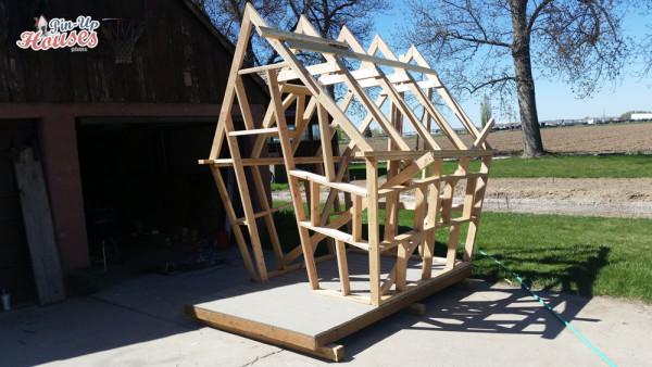 sedlová střecha u dětského domečku